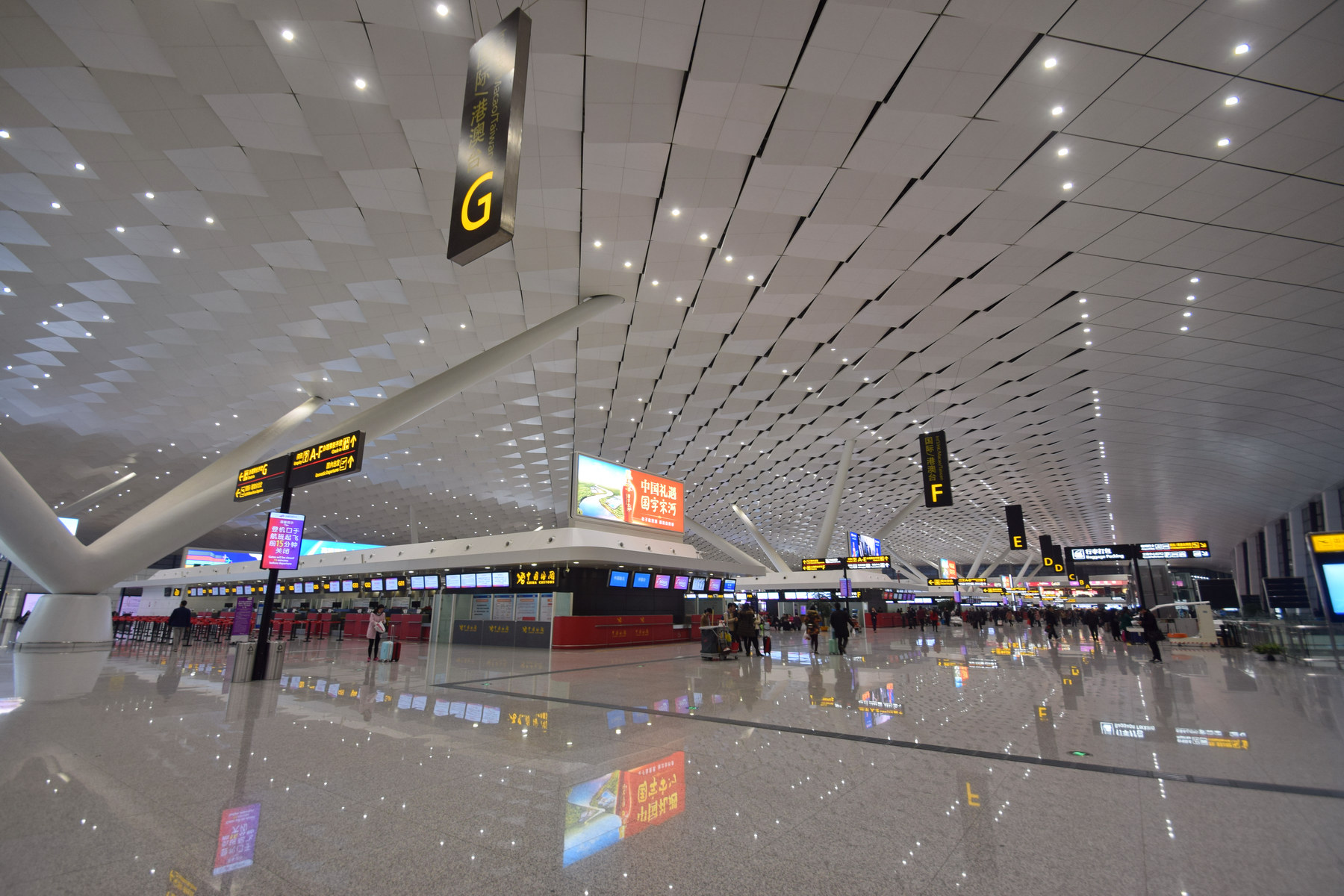 Zhengzhou Airport has a Ground Transportation Center, a very important transportation hub, inside Terminal 2.